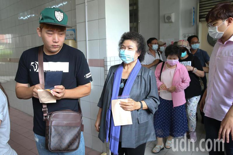 總統府前秘書長陳菊(中)一早前往戶籍地所在的新上國小進行投票。記者季相儒/攝影