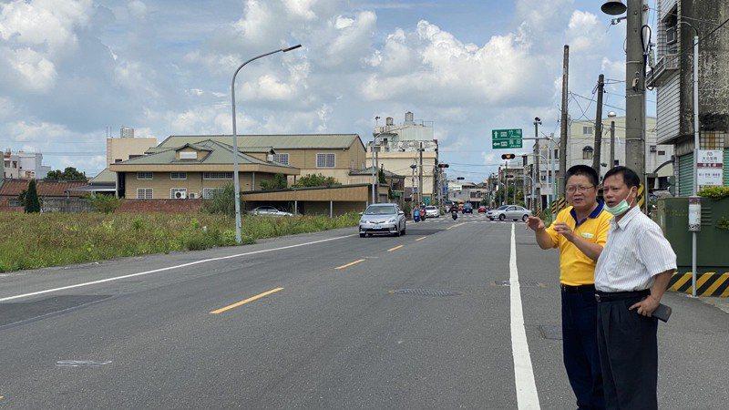 台南市新營區多項重大工程進行中,區長魏文貴(右)勘查道路工程進度。圖/新營區公所提供