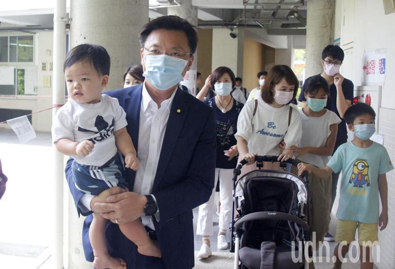 立委趙天麟今天全家動員投票,他首次要帶幼兒進投票所,但因小孩沒口罩只好作罷。記者林保光/攝影