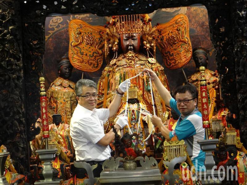 泰山食品公司董事長詹逸宏(左)專程抵西螺福興宮叩謝太平媽祖神恩,並獻上兩串珍貴的「朝珠」,並親自為媽祖佩戴。記者蔡維斌/攝影