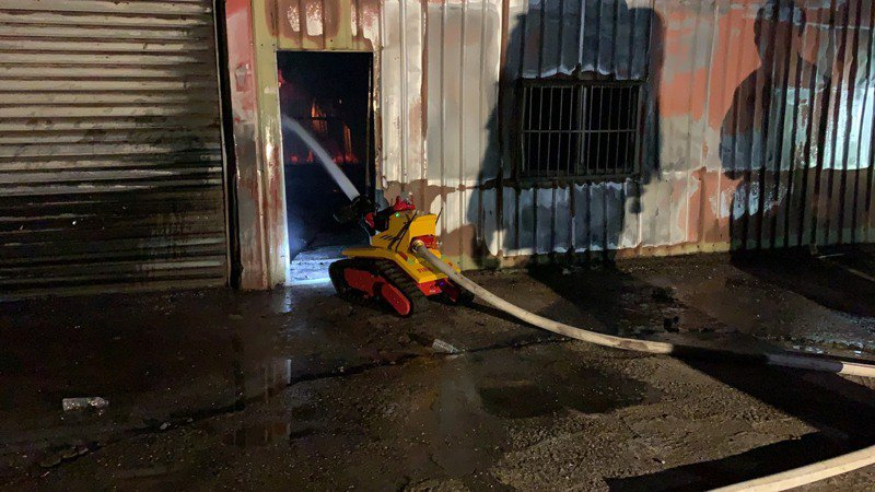 新北市消防局今天出動的滅火機器人要價150萬元,外型酷似知名動畫片的機器人「瓦力」,水柱還噴65公尺遠,一些消防員無法接近的危險火場,可靠它協助撲滅火勢。圖/消防局提供