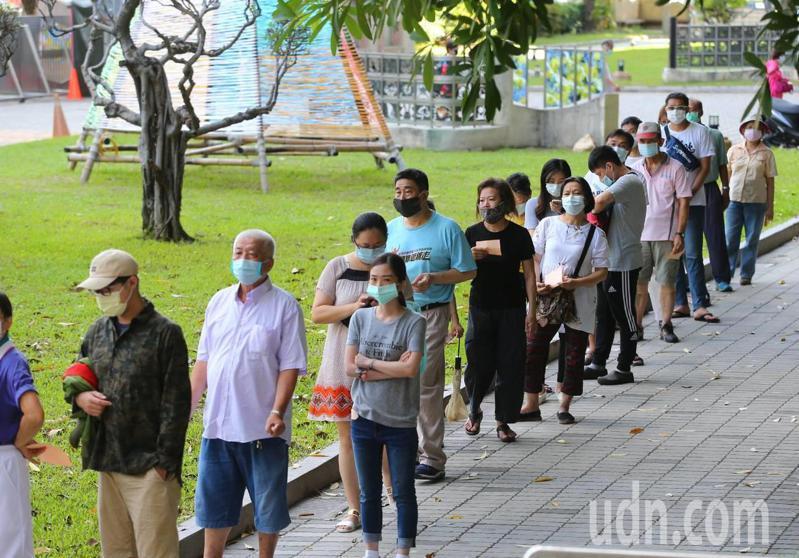 高雄市部分投票所今天上午出現民眾排隊等投罷免票的情況。記者林澔一/攝影