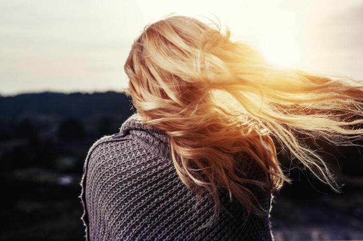 染髮後,頭髮記得也要防曬。圖/摘自Pelexs