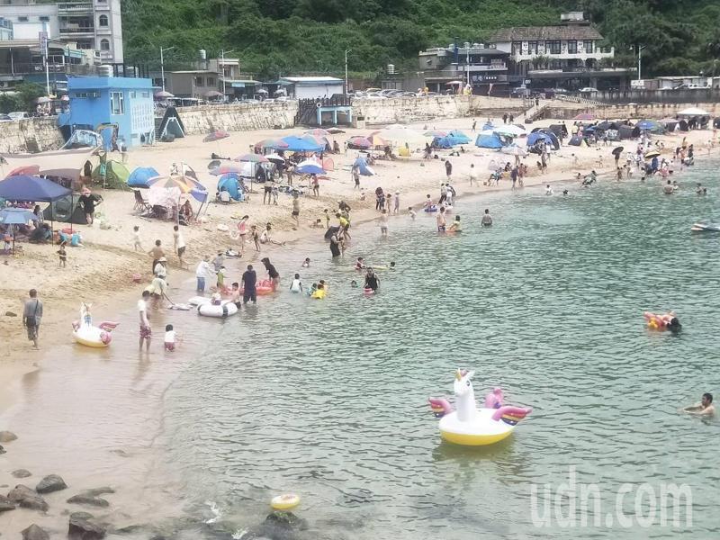 基隆大武崙沙灘好久沒這麼多人,遊客:提早大解封。記者游明煌/攝影