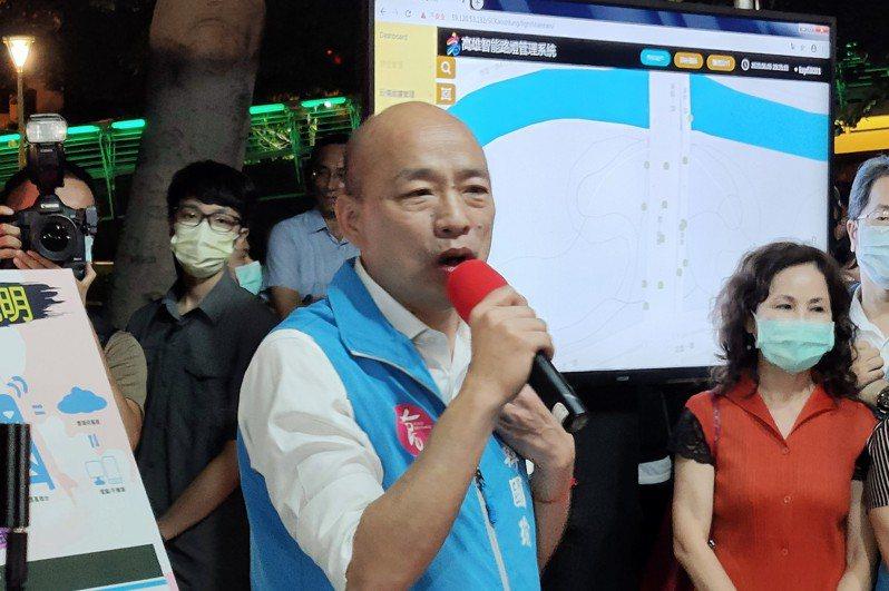 高雄市長韓國瑜直到罷免投票前一晚9點半,還安排智慧路燈視察行程拚市政,他稍早更在臉書感性發文,感謝市府團隊努力外,也要大家坦然接受投票結果。記者蔡容喬/攝影