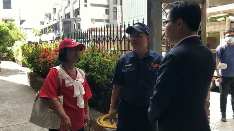 民進黨市議員林智鴻(右起)與派出所長勸阻疑似監票的婦人。記者林伯驊/翻攝