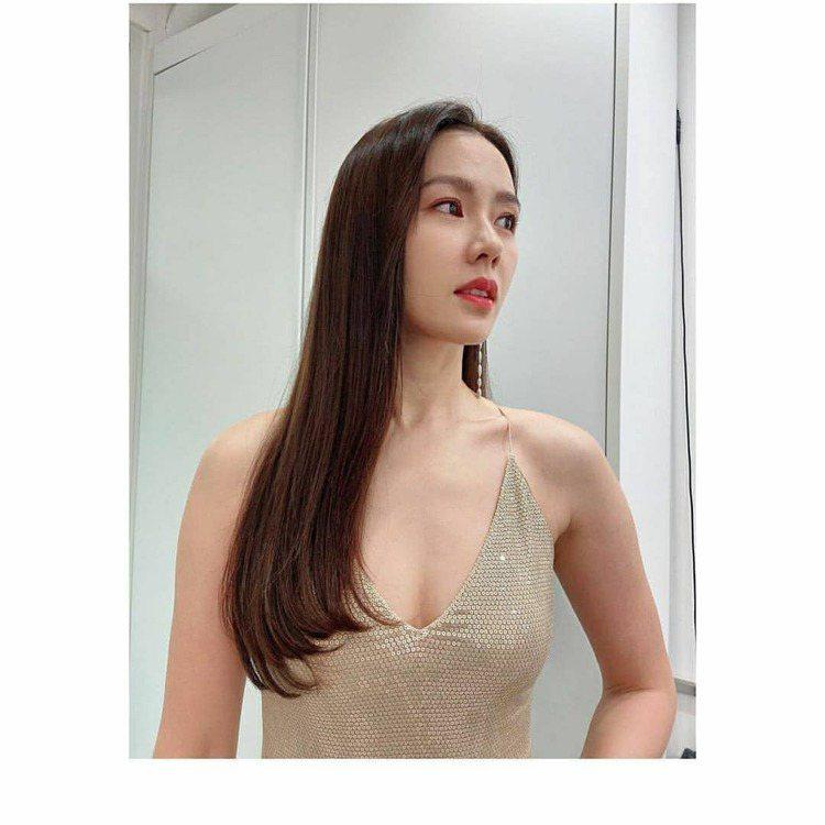 孫藝真超性感詮釋RALPH LAUREN 2019早秋裙裝。圖/取自IG @so...