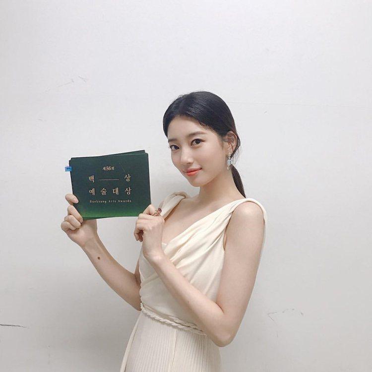 秀智以DIOR 2020春夏高訂系列出席百想藝術大賞。圖/取自IG
