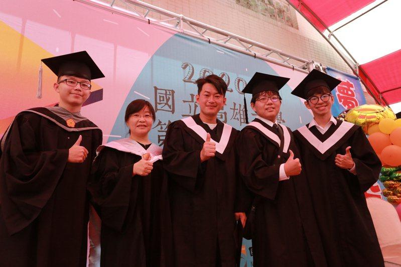 立法委員「三Q哥」陳柏惟(中)以高雄大學資管系畢業校友身分,受邀回系上勉勵學弟妹,他表示 在大學有很多事物可以嘗試,但畢業後就要為這些嘗試負責。圖/高雄大學提供
