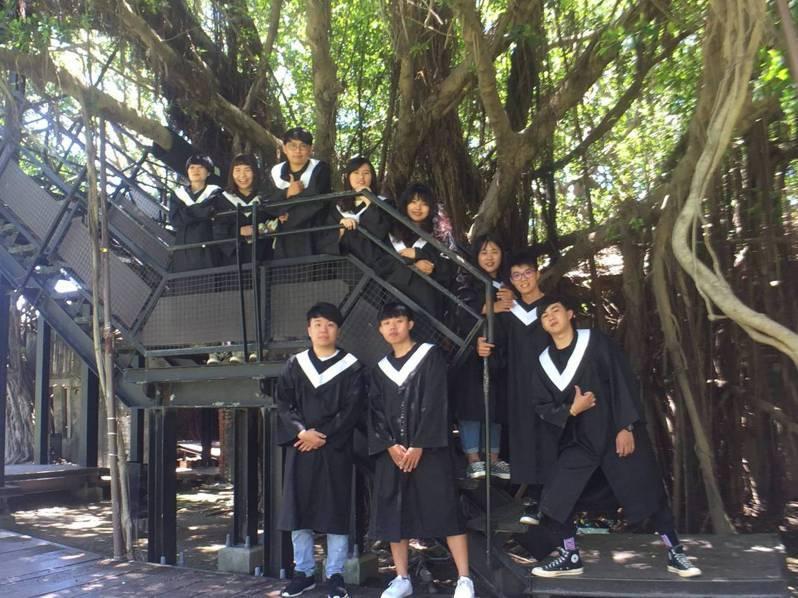有畢業生到台南安平樹屋拍畢業照。圖/台南市文化局提供