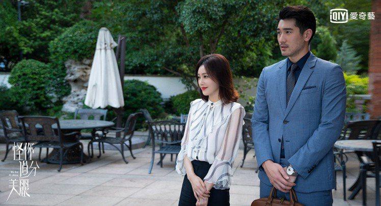 高以翔(右)在「怪你過分美麗」戲中以暖男之姿陪伴在秦嵐身邊。圖/愛奇藝台灣站提供