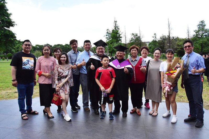 防疫措施解封,碩士班72歲畢業生田秋水得以舉家出席,獻上畢業祝福。圖/明道提供