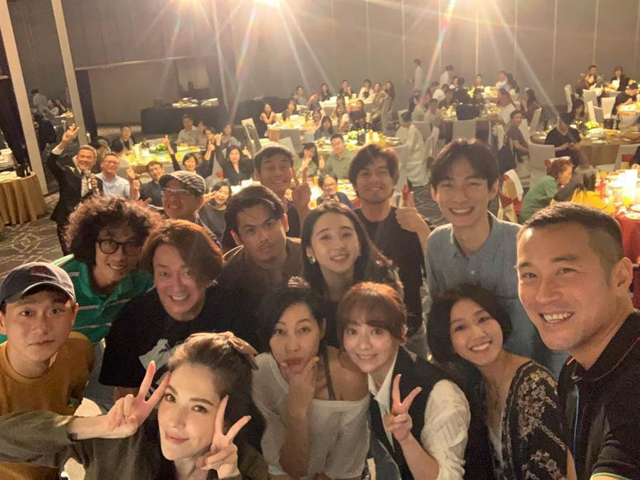 「誰是被害者」包括張孝全(前排右1)、許瑋甯(前排左2)等主要演員群出席慶功宴並