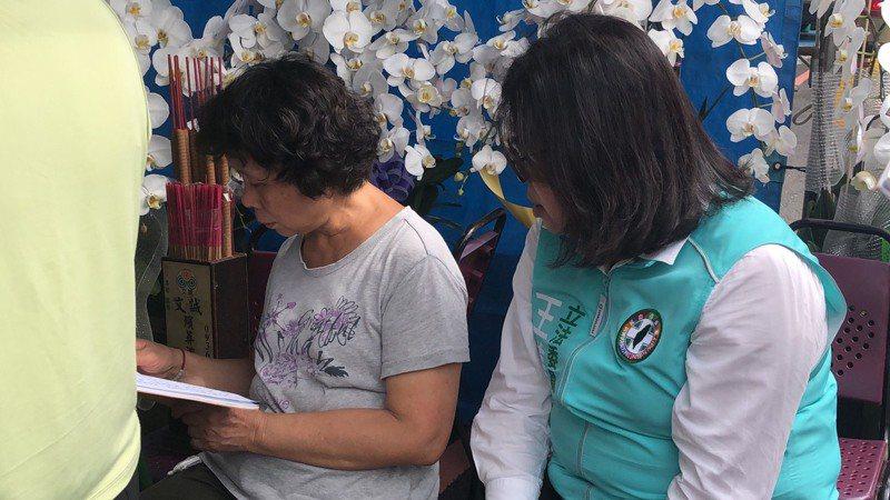 鐵路警察李承翰母親張秀珍(左)昨天為丈夫李增文誦經,也感謝各界關心。記者李承穎/攝影