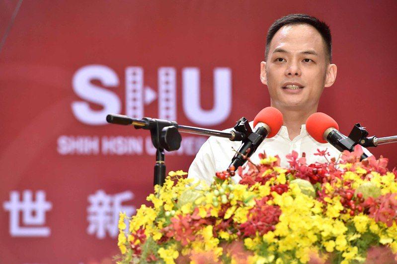 世新大學舉行畢業典禮,邀請電信業最年輕總經理、台灣大哥大總經理林之晨演講,嘉勉畢業生。圖/世新大學提供