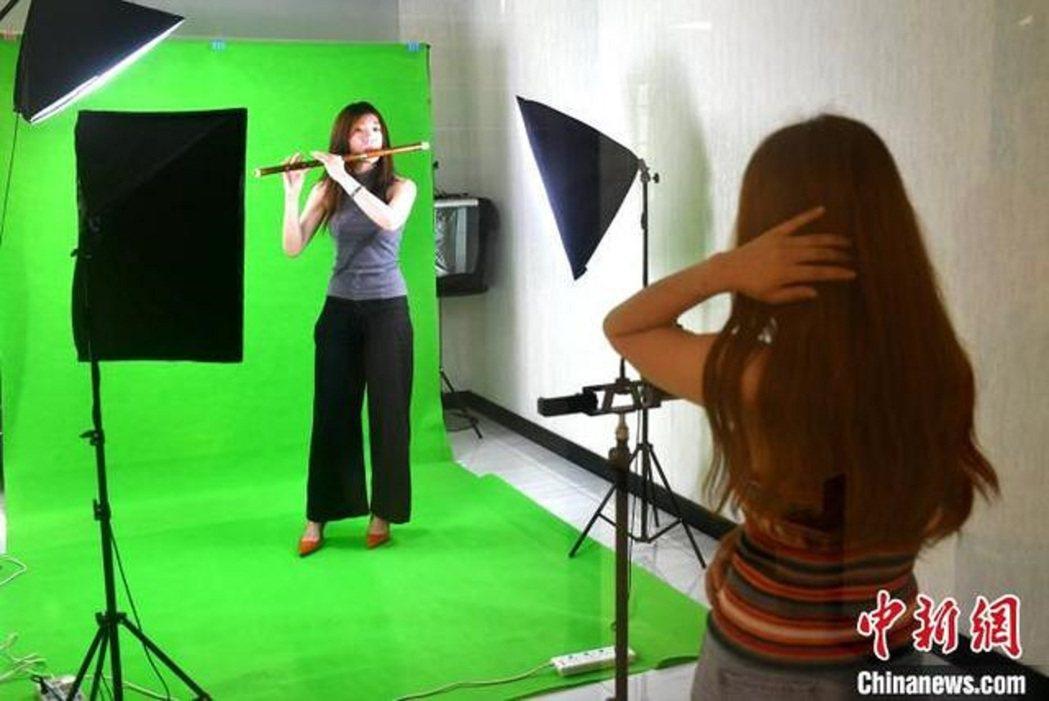 福州台青在棚內錄製教學視頻。圖/中新社