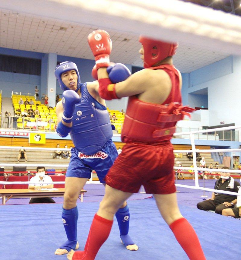 山田二生(左)直拳突破周珷黃防線。圖/中華泰拳協會提供