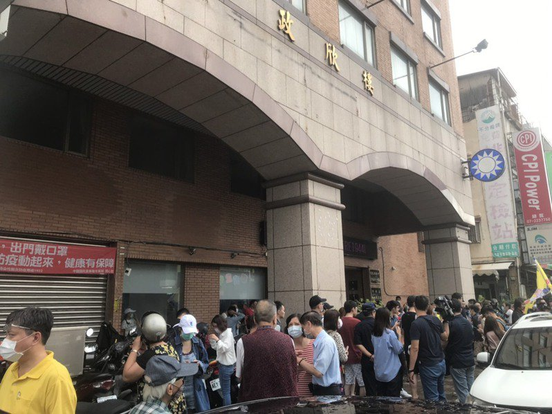國民黨高市黨部聚集人潮,有韓粉聽見結果情緒激動。記者徐白櫻/攝影