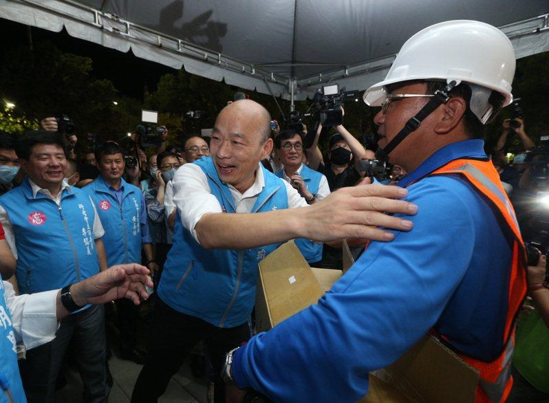 韓國瑜成為我國史上首位被罷免的縣市首長,各界也關注他的下一步。圖為韓國瑜(中)昨晚向路燈維修工程人員致意。記者劉學聖/攝影