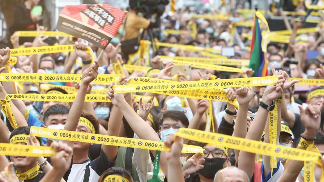 韓國瑜罷免案通過,罷韓總部前的群眾興奮。記者季相儒/攝影
