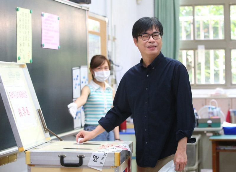 高雄市今天舉行罷免市長投票,行政院副院長陳其邁上午在左營投票。記者林澔一/攝影