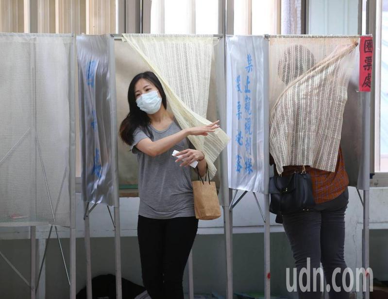 高雄市長韓國瑜罷免案今天通過,隨之而來的補選除了藍綠之外,小黨有無操作空間同樣受到關注。圖為今天罷韓投票。記者林澔一/攝影