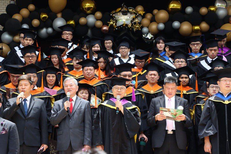 台北科技大學今天舉行畢業典禮,邀請經濟部長沈榮津致詞勉勵畢業生。圖/台北科技大學提供