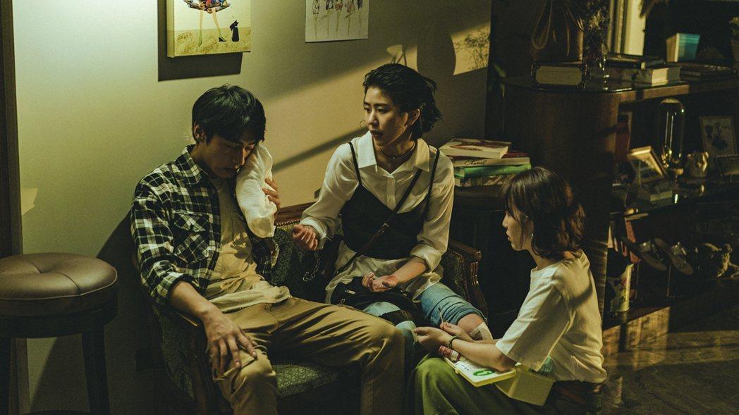 宋柏緯(左起)英雄救美導致受傷,陳璇情不自禁陷入情網。圖/華視提供