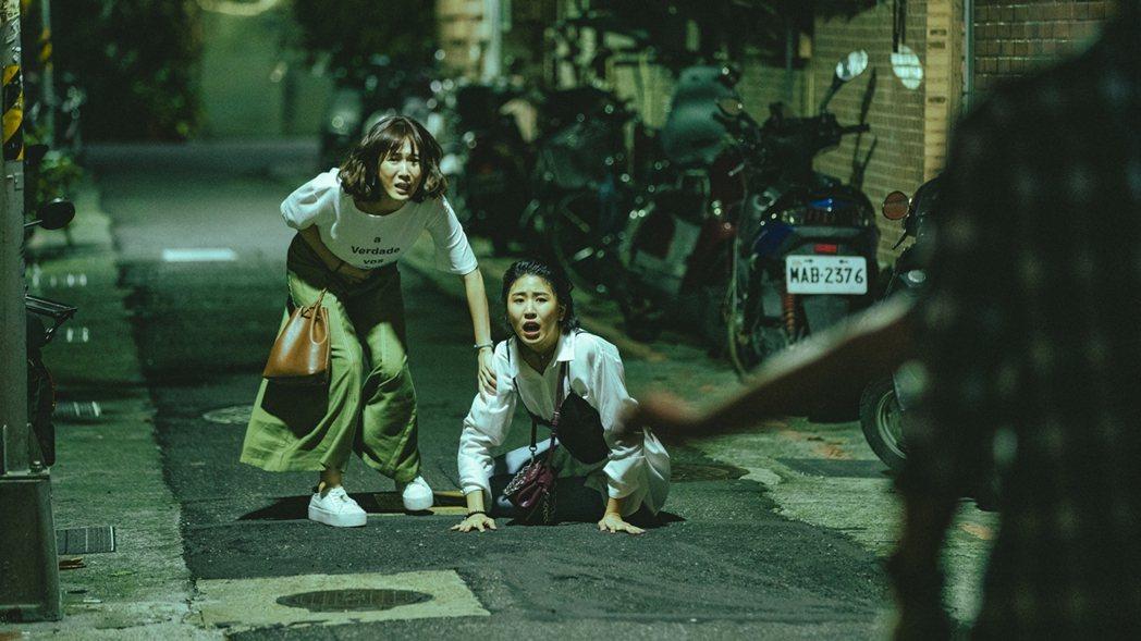 孫可芳(左)、陳璇跑出去追小偷。圖/華視提供