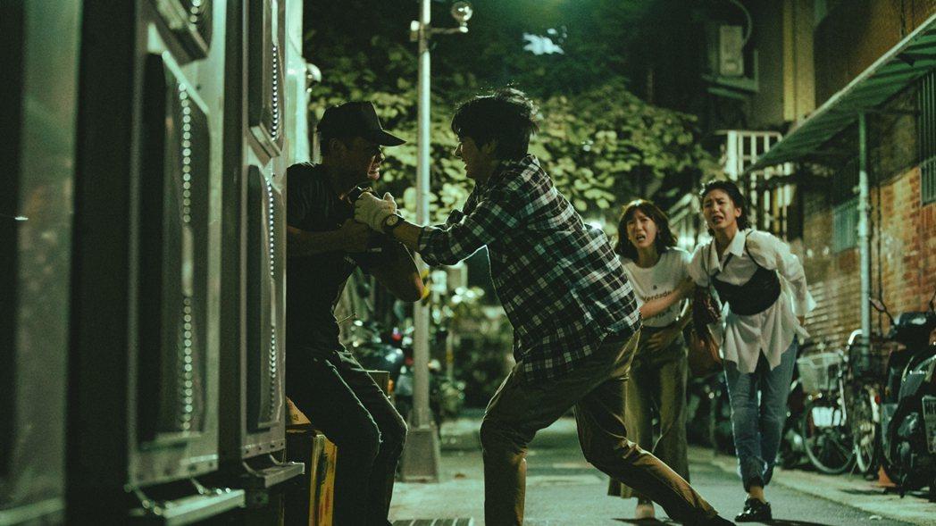 陳璇(右起)、孫可芳眼見宋柏緯英雄救美追打小偷。圖/華視提供