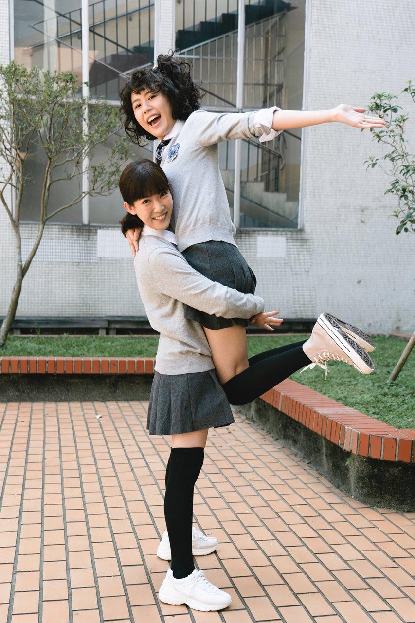 孫可芳(左)、陳璇劇中重回高中時光。圖/華視提供