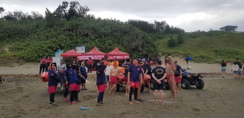消防局第二救災救護大隊今天下午在熱門的海上活動景區竹南鎮「假日之森」辦理聯合救生演練。圖/苗栗縣消防局提供