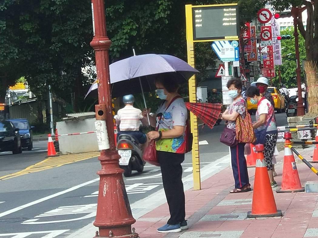 醫師建議長者出門可攜帶雨傘、外套等協助防曬,避免臉部照射過多紫外線。記者江婉儀/...