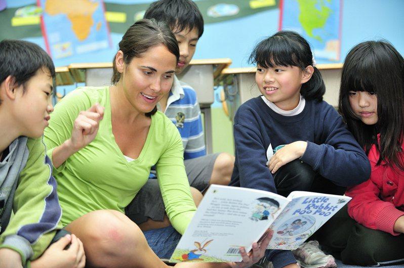 新北市「英速魔法學院」全都聘用外籍教師,曾辦全市國小五年級「體驗出國遊學」的沉浸式全英語營隊。圖/新北市教育局提供