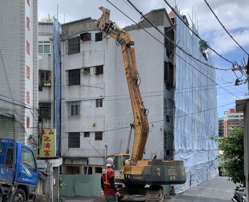 新北市泰山區明志路上海砂屋,是新北列管最後一棟921地震不堪使用紅標建築物,拆除後終於畫上句點。記者魏翊庭/攝影