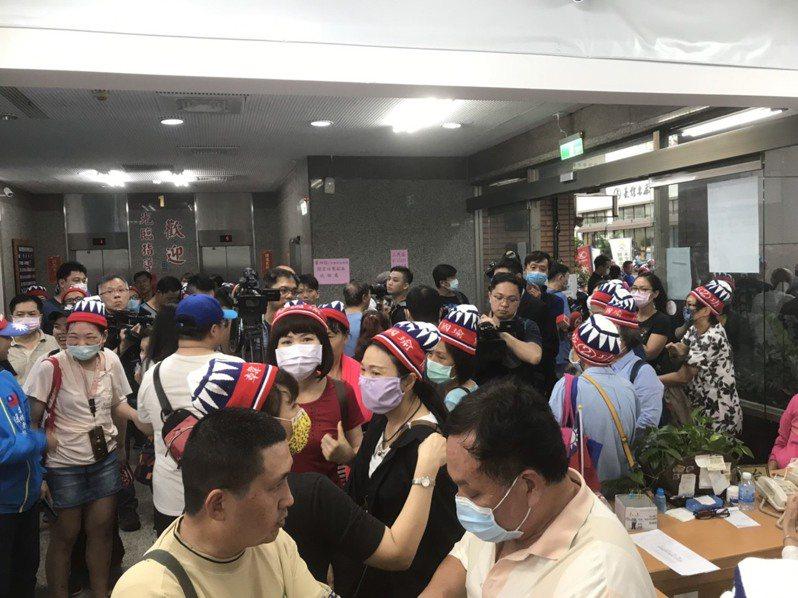 熱情韓粉戴國旗帽進入黨部想要等待韓國瑜現身,後來在黨部人員勸說下離去。記者徐白櫻/攝影