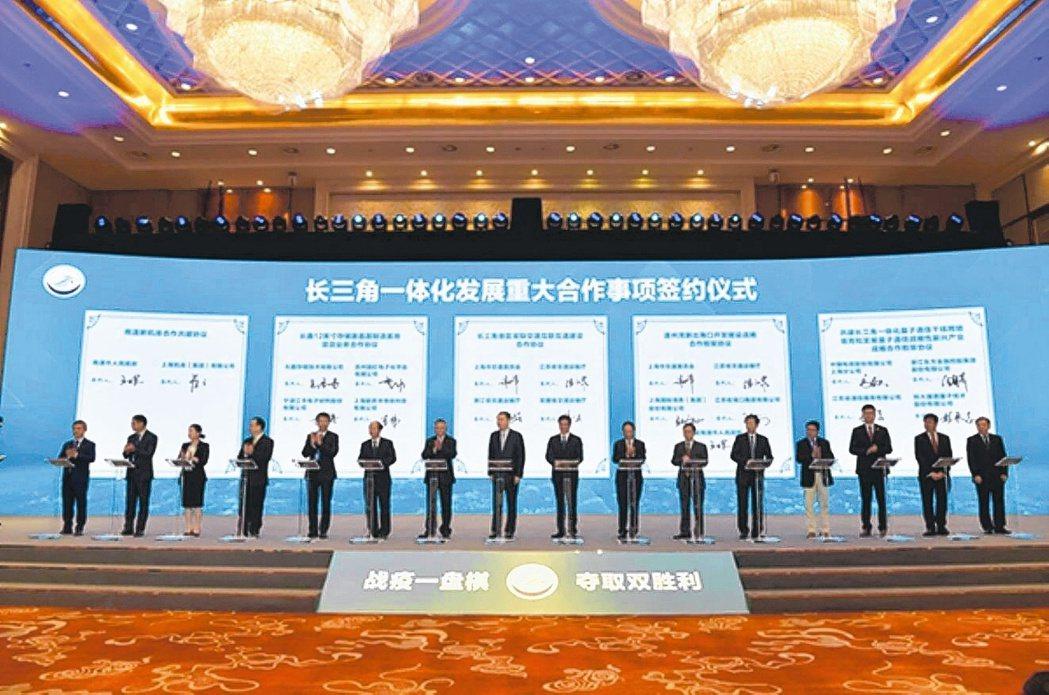 長三角一體化發展重大合作事項簽約儀式昨在浙江湖州市舉行,共計簽約重大合作事項19...