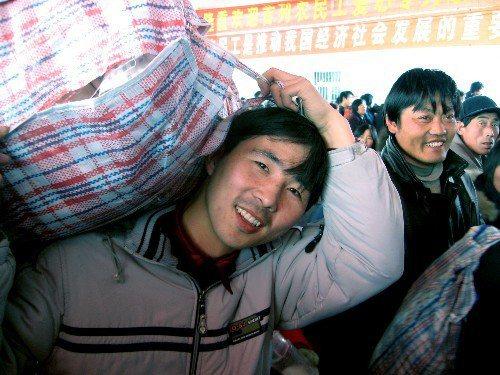 農民工在改革開放後進城找機會成了浪潮,但是近年來要在城市落地生根有變難的趨勢。 (新華社)