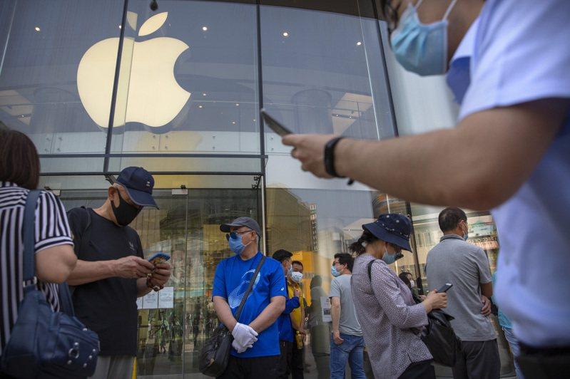 蘋果股價5日收盤再創新高,完全甩開過去四個月受新冠肺炎疫情的衝擊。 美聯社