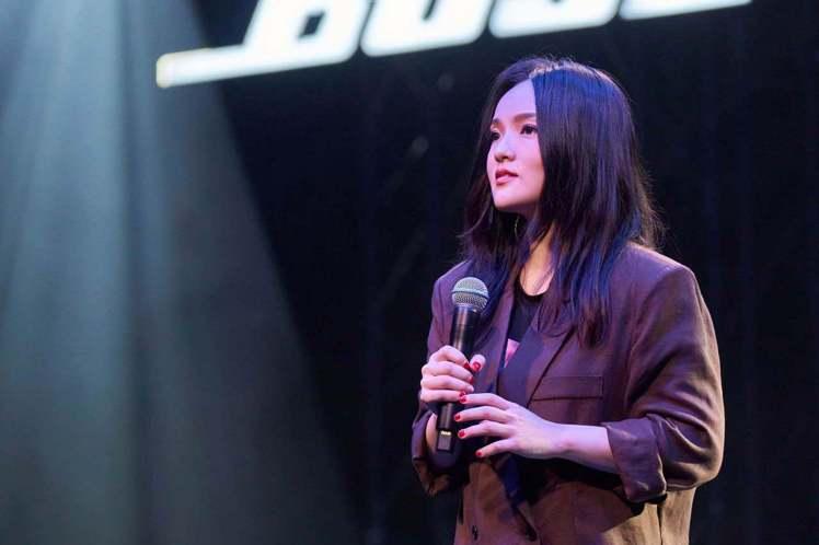 徐佳瑩今晚受TMElive邀請舉辦「放聲去熱愛」線上演唱會,首度嘗試台下零觀眾的演出,她說:「演唱會對著無人的台下演出好像真的是第一次,看了很多歌手開了這樣的線上演唱會,我想我自己站在舞台上當下的感...