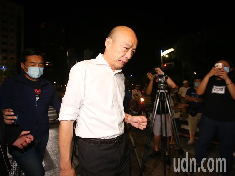 高雄市長韓國瑜遭罷免後,一向挺韓的高雄市議長許崑源今晚在住處墜樓身亡。高雄市長韓國瑜午夜到許崑源住家探望。記者林澔一/攝影