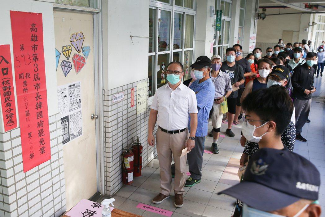 高雄市長韓國瑜罷免案投票日,民眾遵守防疫規定戴口罩進行投票,一早大批民眾前來排隊...
