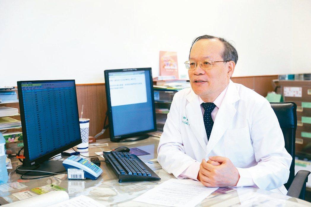 中國附醫腎臟醫學中心副院長賴彬卿倡議,洗腎長者使用腹膜透析,可免頻繁交通往返,減...