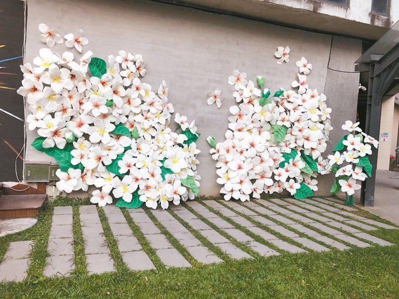桐花打卡牆以環保泡棉經過剪、摺完成立體的打卡牆,讓大家在後疫情時期也能欣賞綻放的桐花。記者陳斯穎/攝影