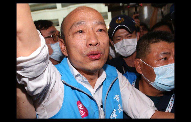高雄市長韓國瑜昨天眼眶泛淚向市府外支持者致意。 記者林澔一/攝影