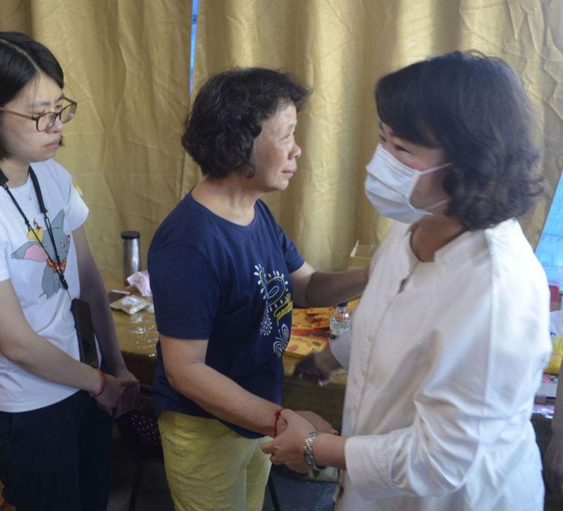 鐵路警察李承翰的父親病逝,嘉義市長黃敏惠(右)慰問家屬。 (中央社)