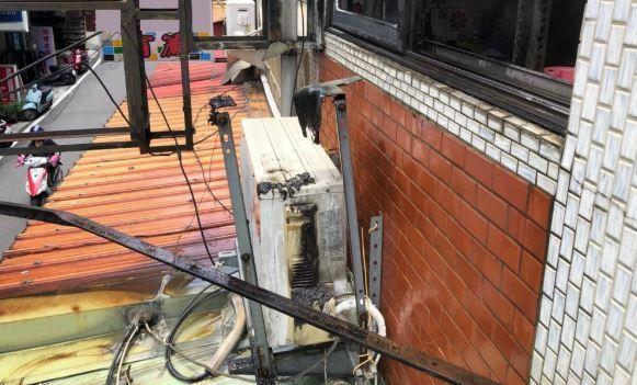 冷氣室外機冒煙起火。 圖/消防分隊提供