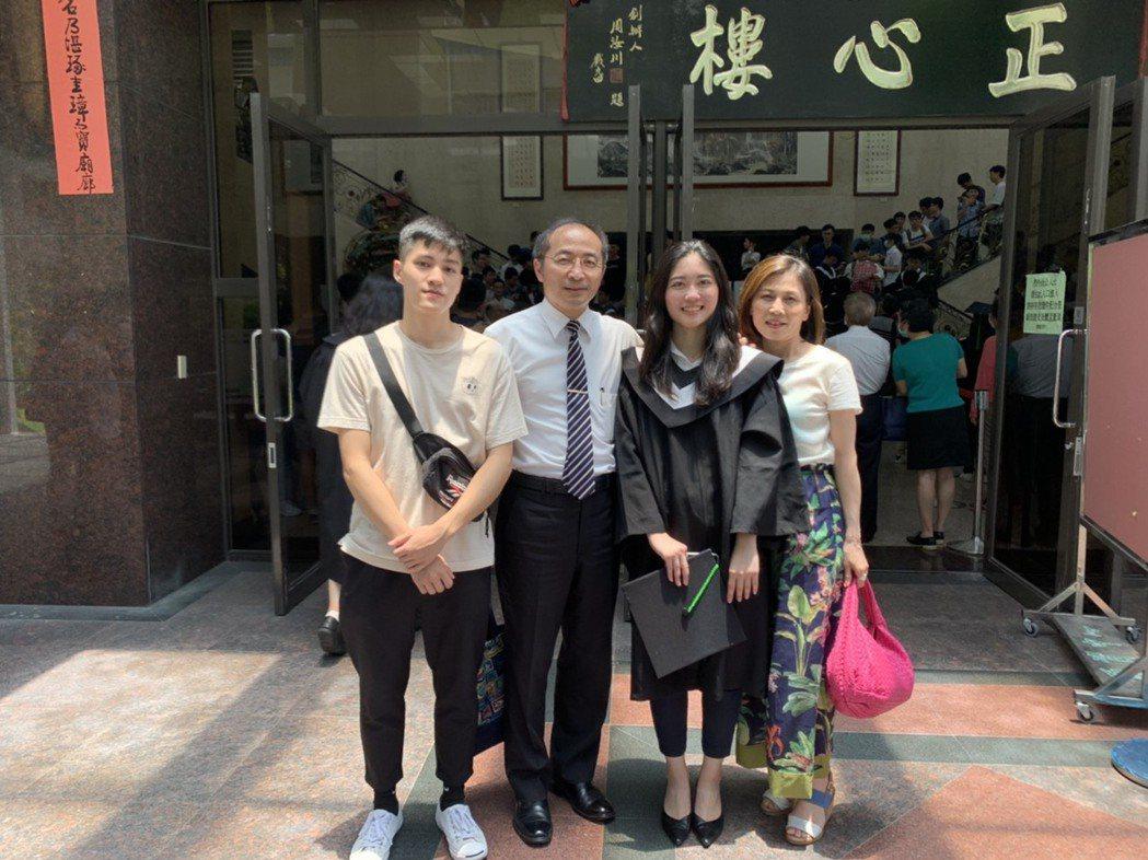 榮譽顧問翁順隆醫師賢伉儷,在學校與女兒翁慈韓(右二)及兒子翁煜傑(左一)合影留念...