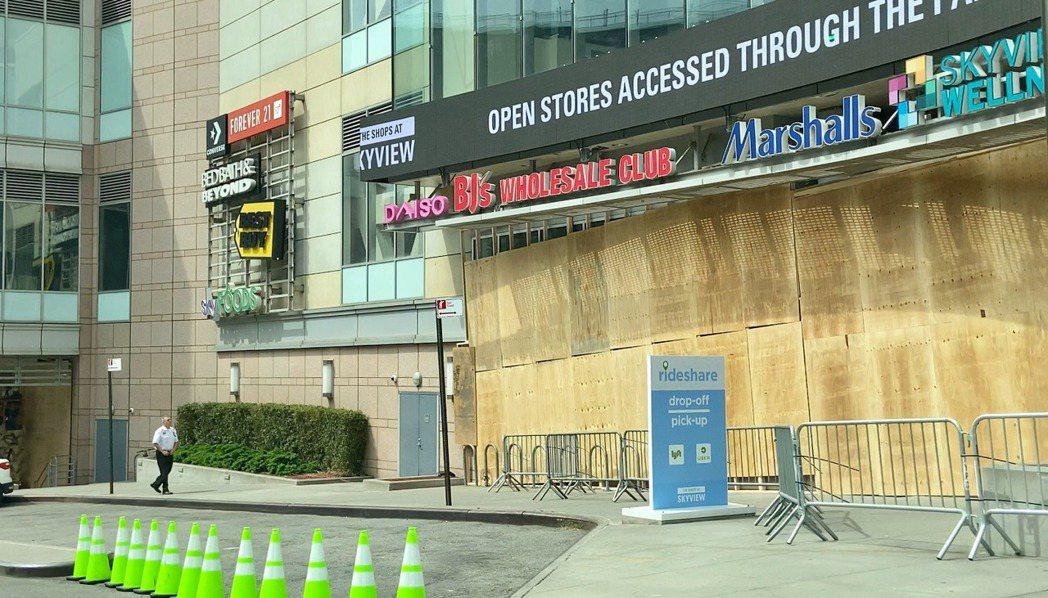 法拉盛天景購物中心的玻璃窗已用木板封起來,防止暴徒破壞。(記者朱蕾/攝影)