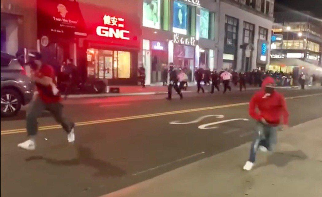 企圖鬧事者衝著街邊店鋪狂奔,警方迅速追趕。(圖:讀者提供)